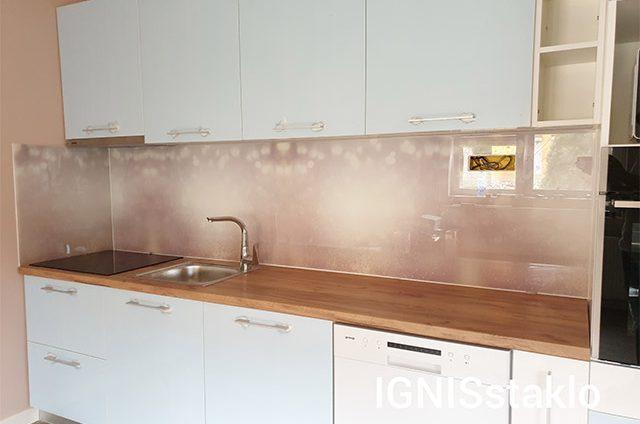 Stakleni zid u kuhinji